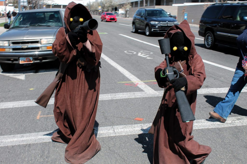 These Jawa friends probably won't have problems traveling: they have the same goals and needs in life. You're not a Jawa. Plan your trips with friends!